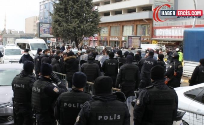 Van'da toplu yürüyen polislerden tek yürüyen vekile sosyal mesafe uyarısı