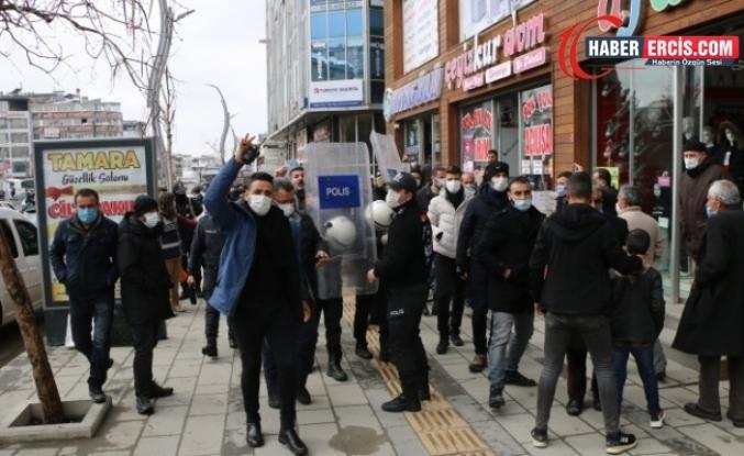 Van'da Valilik önündeki milletvekili eyleminde gazetecilere engel