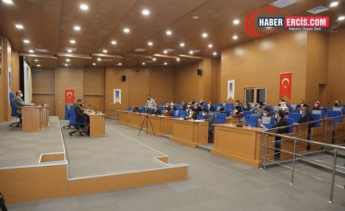 Van'da seçilmişlerin elinden alınıp AKP'ye verilen Belediye kendi aldığı meclis kararını yalanladı