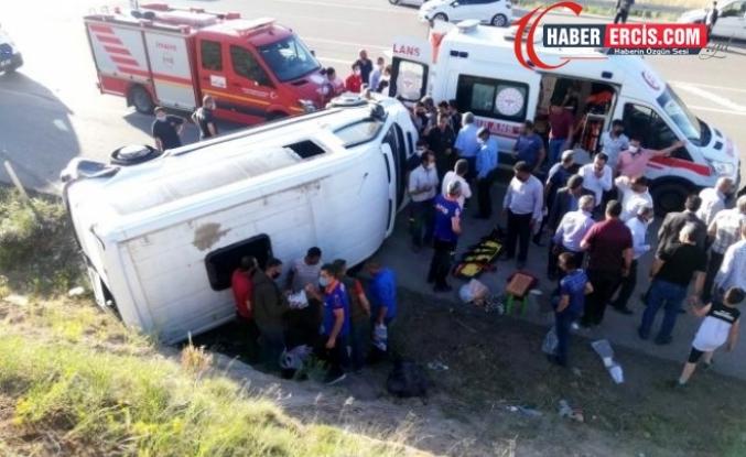 Van'da Lastiği patlayan minibüs devrildi: 8 yaralı