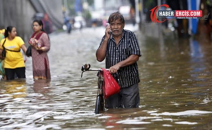 Hindistan'da muson yağmurları 127 can aldı