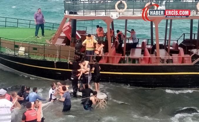 Van Gölü'nde karaya oturan teknedeki yolcular büyük korku yaşadı