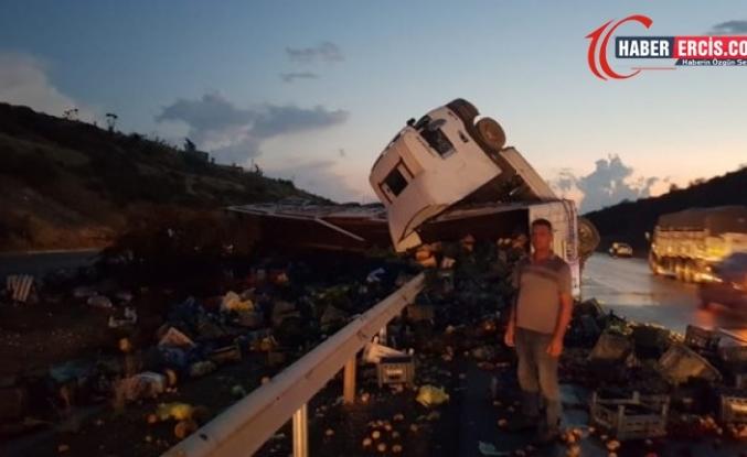 Mersin'de sebze yüklü TIR devrildi: 1 yaralı