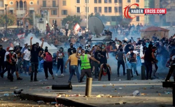 Lübnan'da halk Dışişleri Bakanlığı'nı bastı